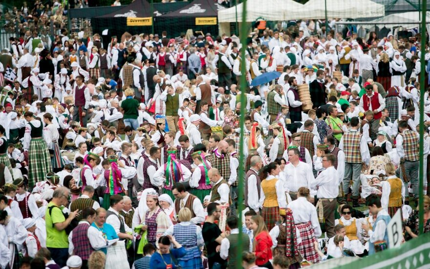 Dainų šventėje skamba šokių diena: koncerte trypčiojo tūkstančiai šokėjų ir žiūrovų