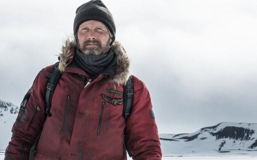 """Madsas Mikkelsenas, kadras iš filmo """"Arktis. Įkalinti ledynuose"""""""