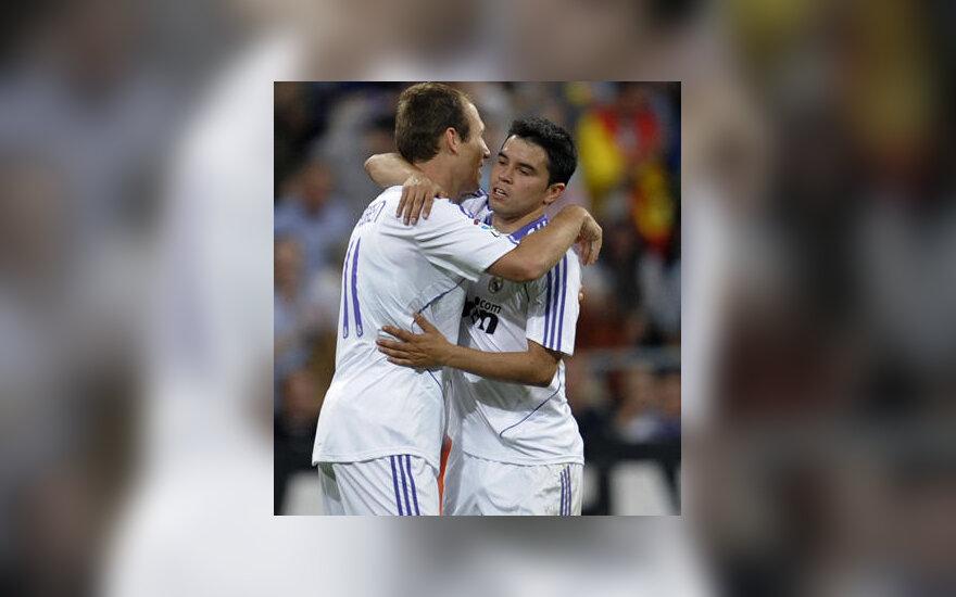 """Arjenas Robbenas sveikina Javierą Saviolą (""""Real Madrid"""")"""