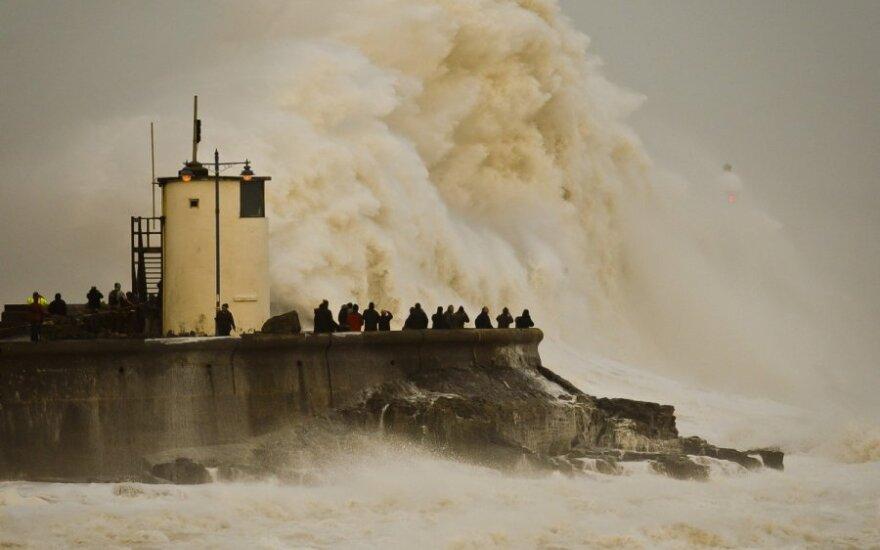 Audros D. Britanijoje jau šienauja gyvybes