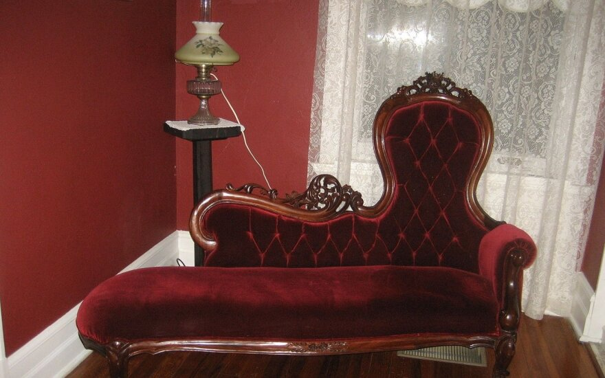 Šį baldą tikrai esate matę, bet turbūt iki šiol nežinojote jo paskirties: kodėl jis vadinamas alpimo sofa?