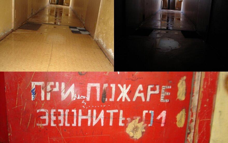 Moteris pakraupusi dėl gyvenimo sąlygų sostinės daugiabutyje: už lango laisvė, o pas mus – sovietiniai užrašai