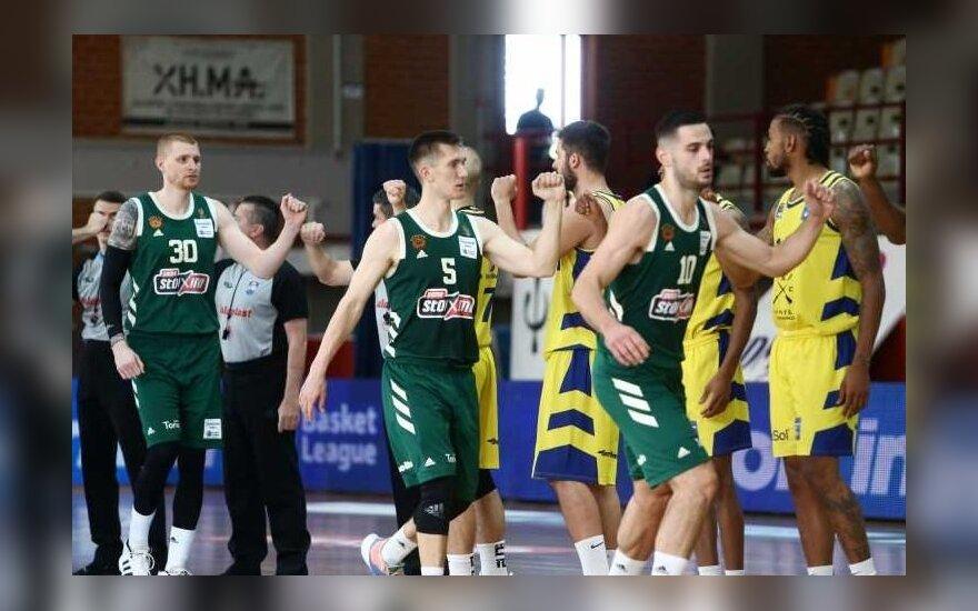"""""""Panathinaikos"""" žaidėjai sveikinasi su """"Lavrio"""" krepšininkais"""
