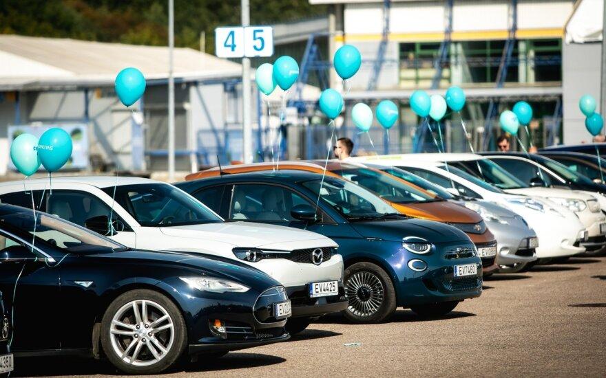 Užfiksavo naują Lietuvos rekordą – vienoje vietoje susirinko daugiausiai elektromobilių
