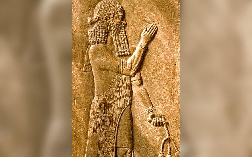 Asirą vaizduojantis reljefas