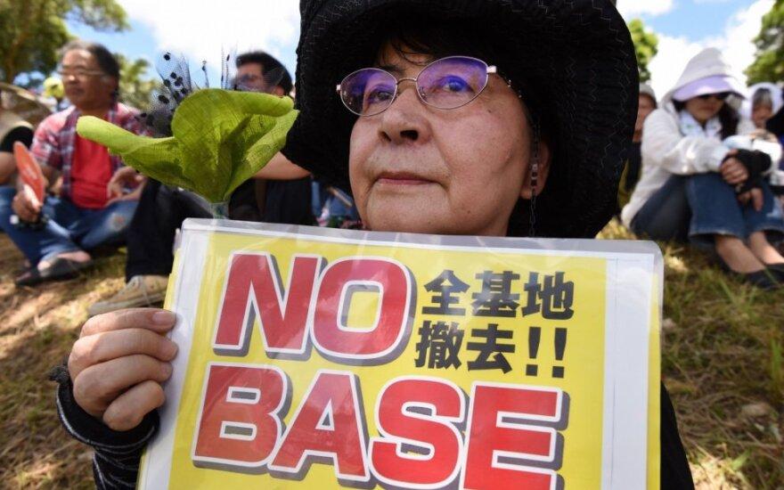 Okinavos gyventoja protestuoja prieš JAV bazę