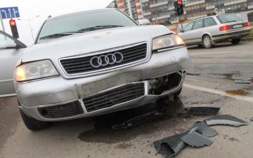 """Išsiblaškęs """"Audi"""" vairuotojas įsirėžė į automobilių koloną"""