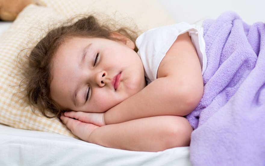 Kada vaikai turi eiti miegoti: mokslininkai įvardino konkrečią valandą