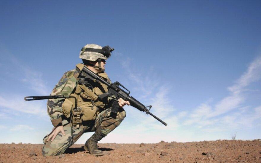 Karys su M16 šautuvu