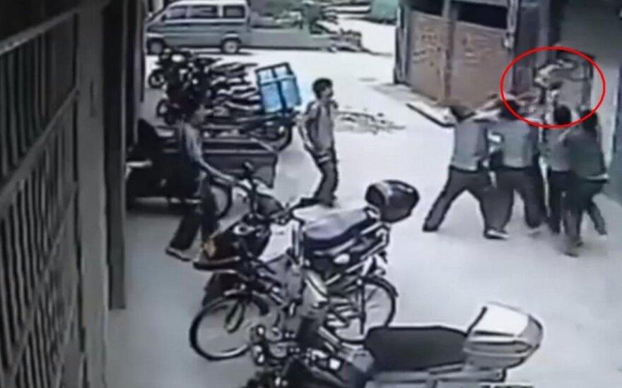 Kameros užfiksavo, kaip darbininkai pagavo iš ketvirto aukšto iškritusią mažylę