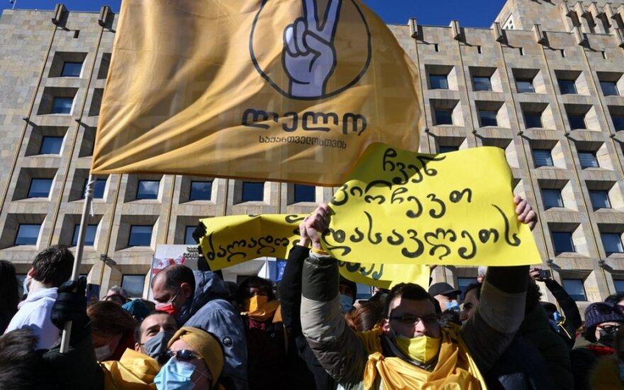 Sakartvelo opozicija protestuodama prieš lyderio areštą pastatė prie parlamento palapinių