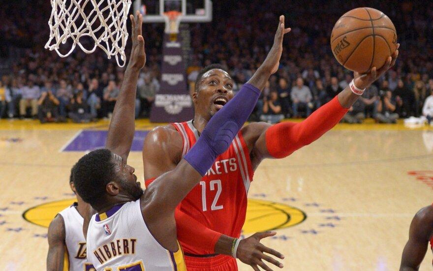 Dwightas Howardas atakuoja