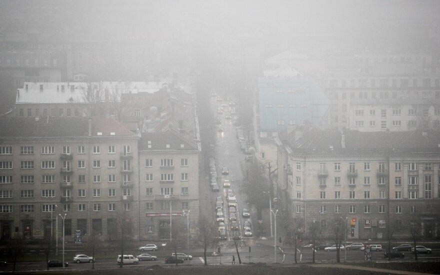 Visoje Lietuvoje eismo sąlygas sunkina sniegas, plikledis, rūkas