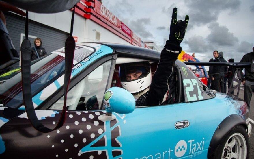 """""""Smart Taxi Racing Team"""" lenktynėse naudoja ekologiška kurą / Daumanto Mizaro nuotr."""