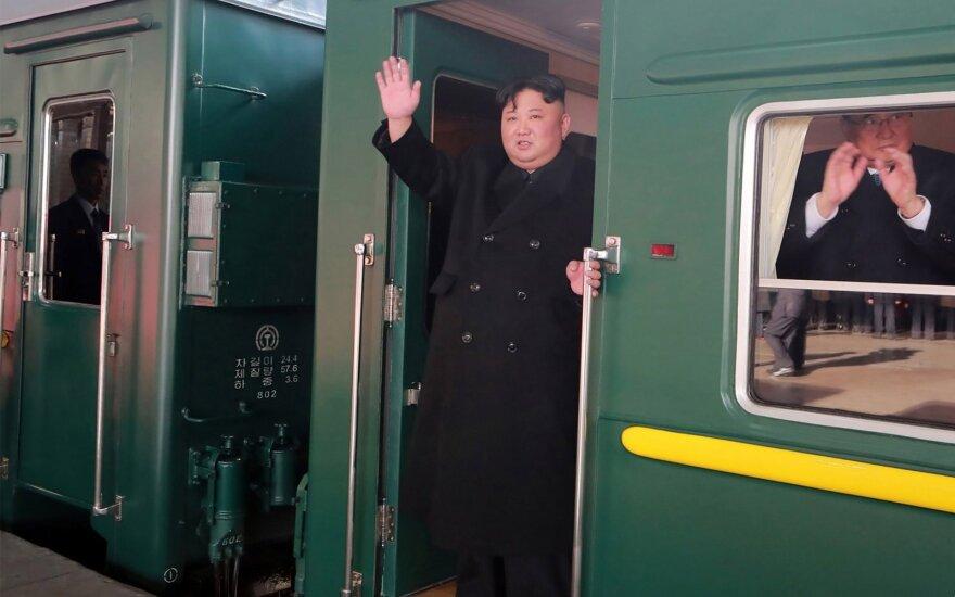 Kim Jong Unas savo šarvuotu traukiniu vyksta į susitikimą su Trumpu