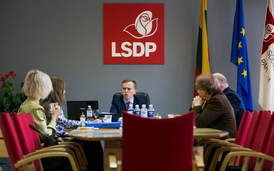 """Antrame ture pirmauja socialdemokratai, atsilieka """"valstiečiai"""" ir liberalai"""