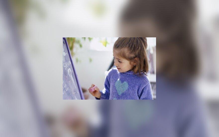 Mergaitė piešia