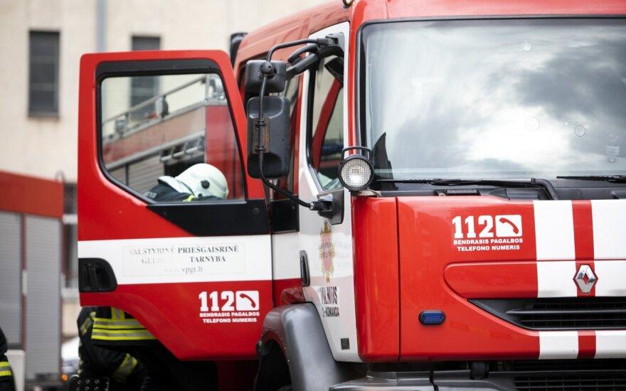 Kaišiadorių rajone dega medienos perdirbimo įmonė, dirba didelės ugniagesių pajėgos