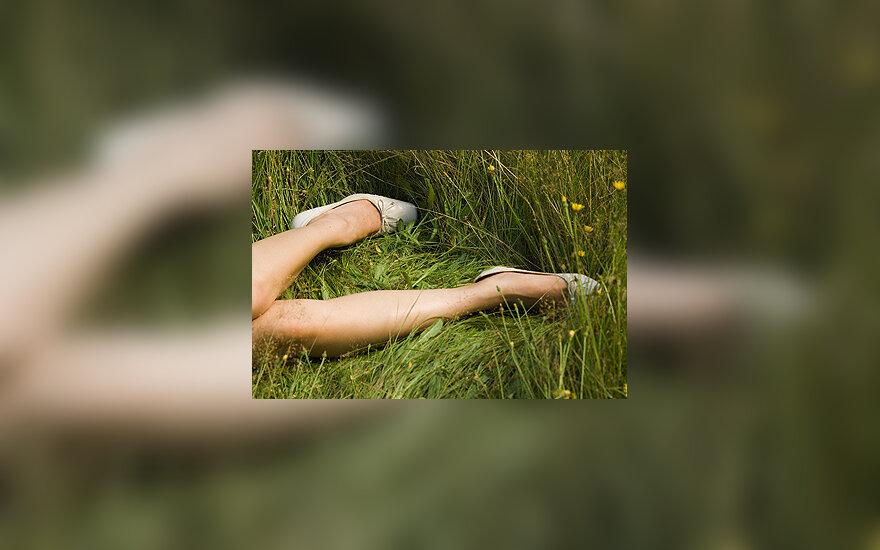 Moteris, kojos, pieva