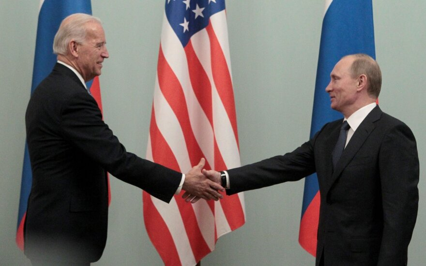 Joe Bideno (tuo metu ėjo viceprezidento pareigas B. Obamos administracijoje) ir Vladimiro Putino (tuo metu ėjo Rusijos ministro pirmininko pareigas) susitikimas Maskvoje 2011 m. kovo 10 d. Russian Prime minister Putin shakes hands with U.S. Vice President Biden during their meeting in Moscow