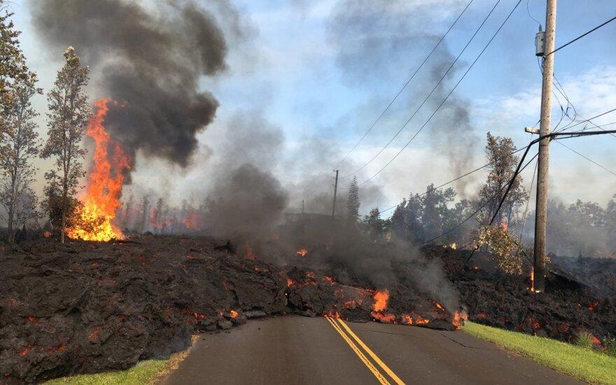 Vieno aktyviausių ugnikalnių išsiveržimas: iš naujai atsivėrusių plyšių liejasi lava, veržiasi nuodingos dujos