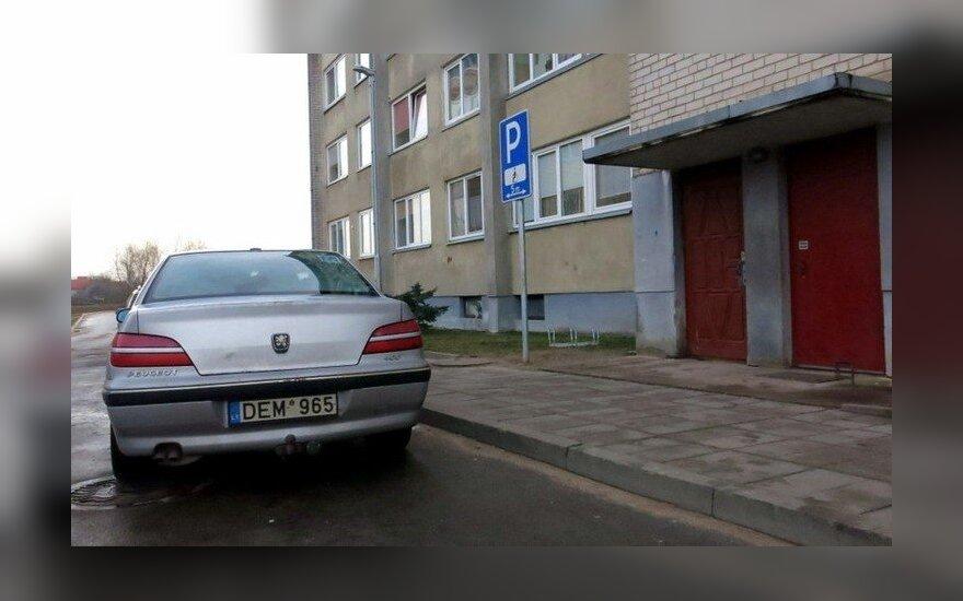 Neįgaliojo vietoje stovintis automobilis