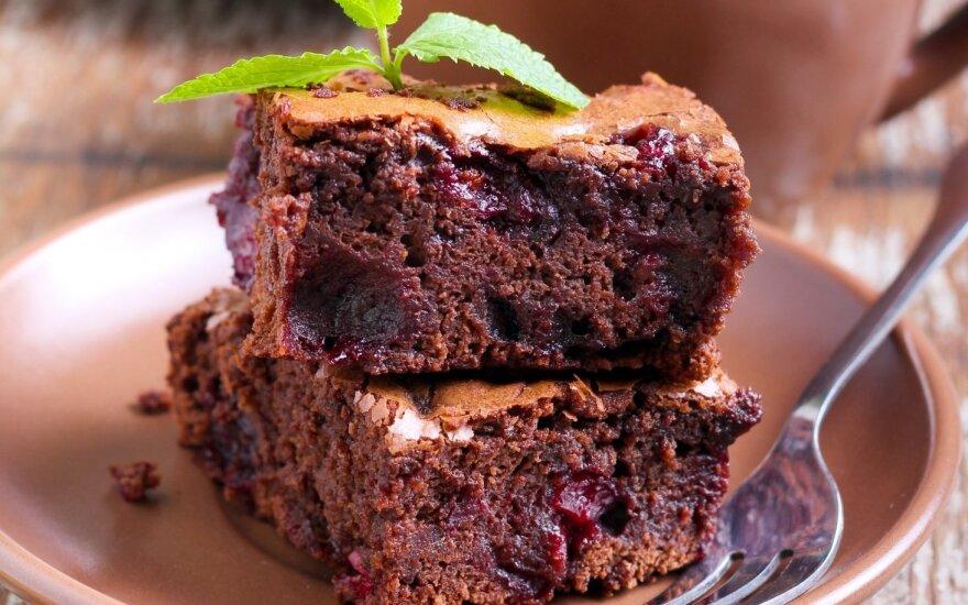 """Šokoladinis pyragas su """"girtomis"""" vyšniomis"""