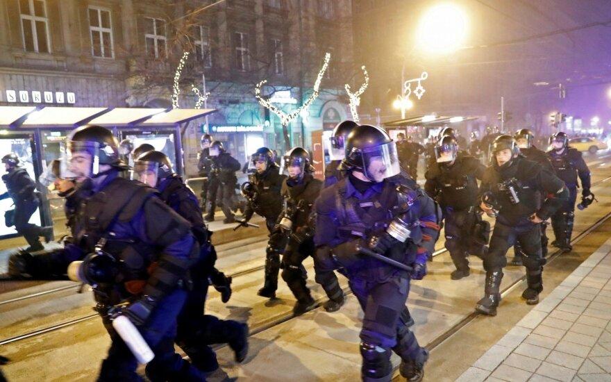 Vengrija: prie parlamento Budapešte nuo protestuotojų nukentėjo devyni policininkai