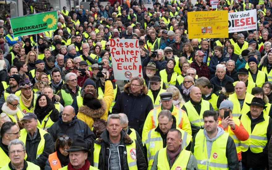 """Prancūzijos ministras: investuotojai klausinėja apie """"geltonųjų liemenių"""" protestus"""