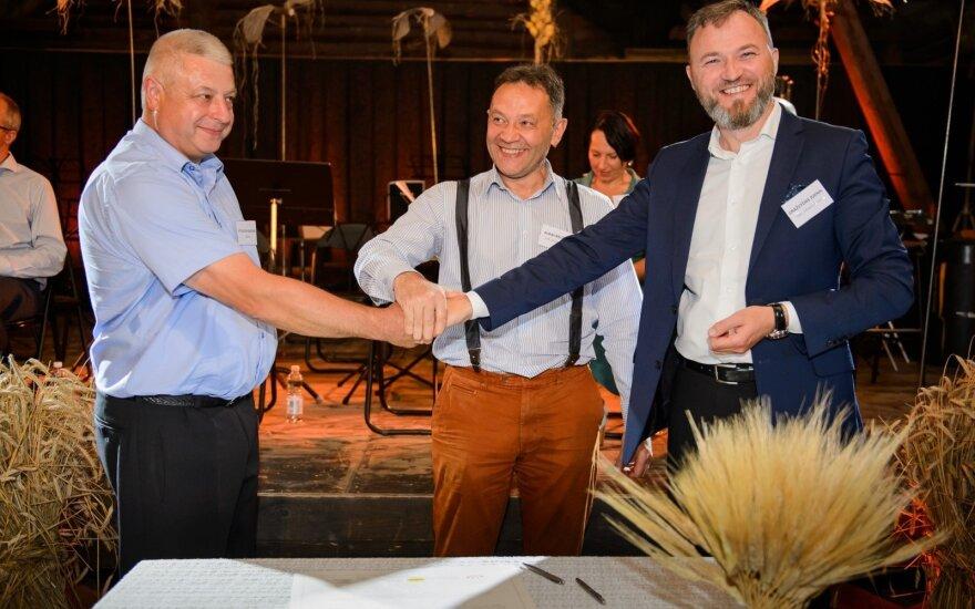 """Pasirašytas manifestas """"Lietuvoje užauginta duona"""". ūkininkas Vytautas Raulonis, """"Malsena"""" vadovas Aldas Baltutis, Gražvydas Jukna."""