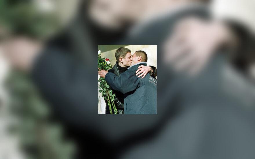 Daktarai bučiuojasi