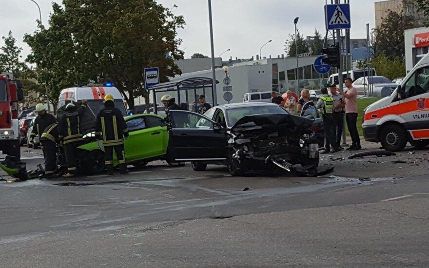 """Avarija Vilniuje: susidūrus BMW ir """"Volvo"""" automobiliams sužaloti 3 žmonės"""