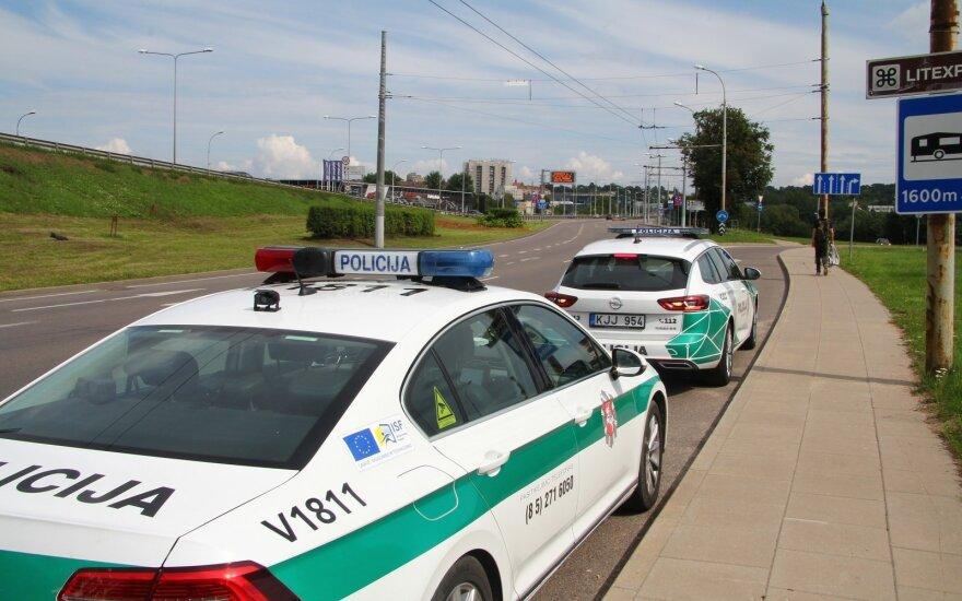 """Vilniuje pareigūnai baudė tiek """"Audi"""", tiek BMW automobilių vairuotojus"""