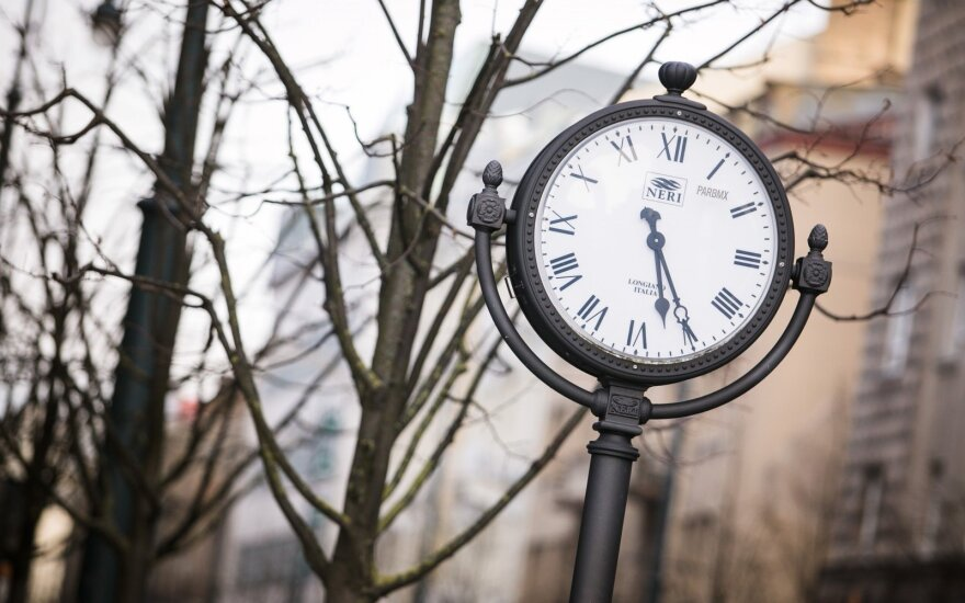 Oficialu: laikrodžių rodykles sukiosime dar bent kelerius metus