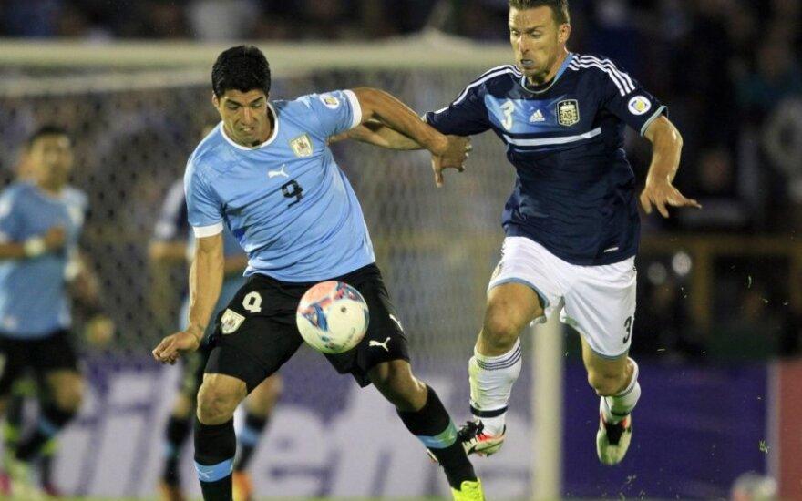 Luisas Suarezas (kairėje) kovoja su Hugo Campagnaro