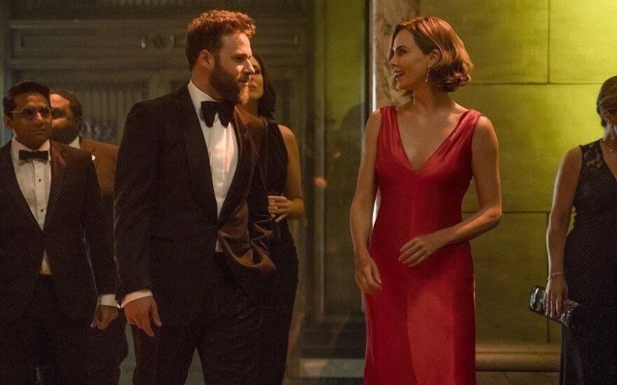 """Sethas Rogenas ir Charlize Theron, kadras iš filmo """"Be šansų"""""""