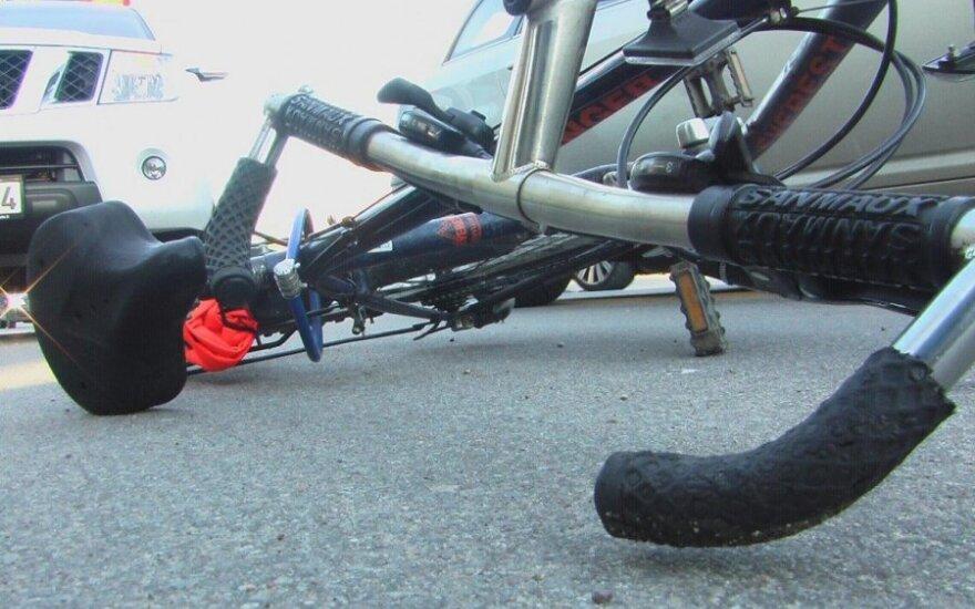 Alytuje į kiemą automobilį pasukęs vairuotojas partrenkė vaiką