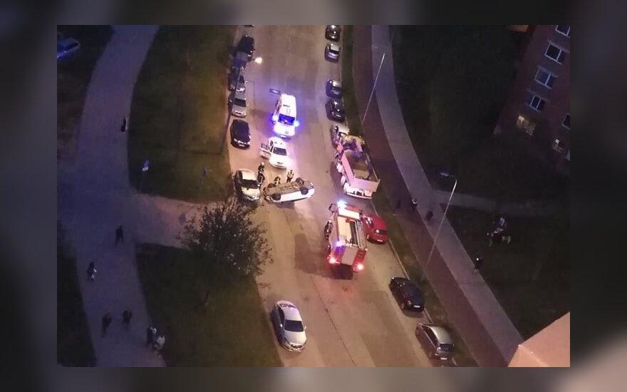 Vilniuje per avariją automobilis vertėsi ant stogo
