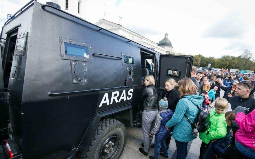 """Lietuvos policija surengė kinologų, motoakrobatų, žirgų ir """"Aro"""" kovotojų šou"""