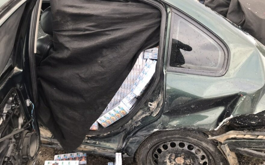 Pareigūnų automobilius taranavo kontrabandines cigaretes gabenęs VW Passat