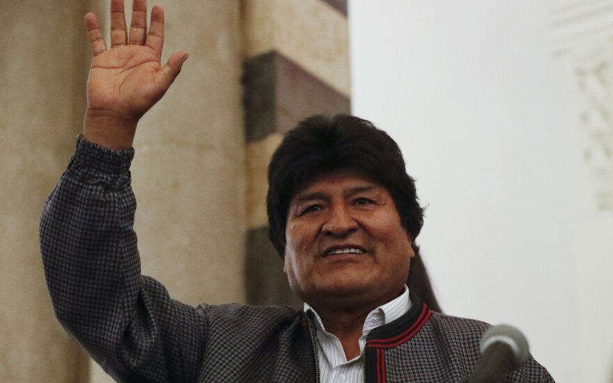 Bolivijos prezidento rinkimų 1-ąjį ratą laimėjęs Moralesas susigrums su buvusiu lyderiu