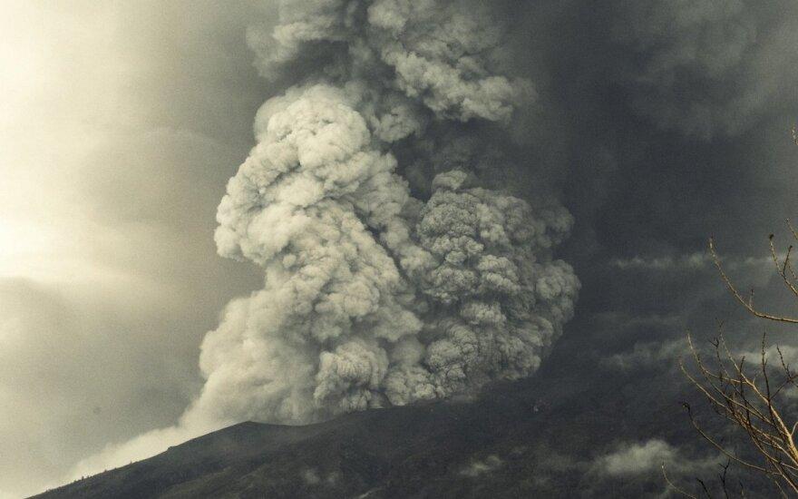 Grėsmingu išsiveržimu gąsdinantis ugnikalnis lietuvius įkalino egzotiškoje saloje