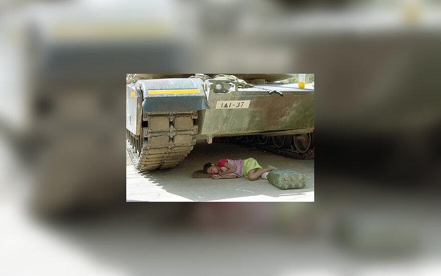 Benamis berniukas miega po JAV tanku Bagdade