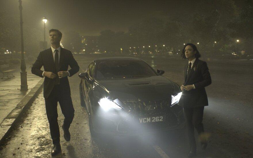 """Filmo """"Vyrai juodais drabužiais"""" aktoriai važinėsis """"Lexus RC-F"""""""