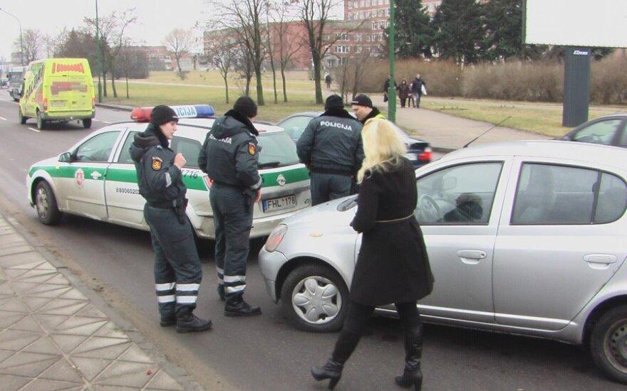 Nors per avariją automobiliai beveik neapgadinti, pareigūnė sužalota - ji išvežta į ligoninę