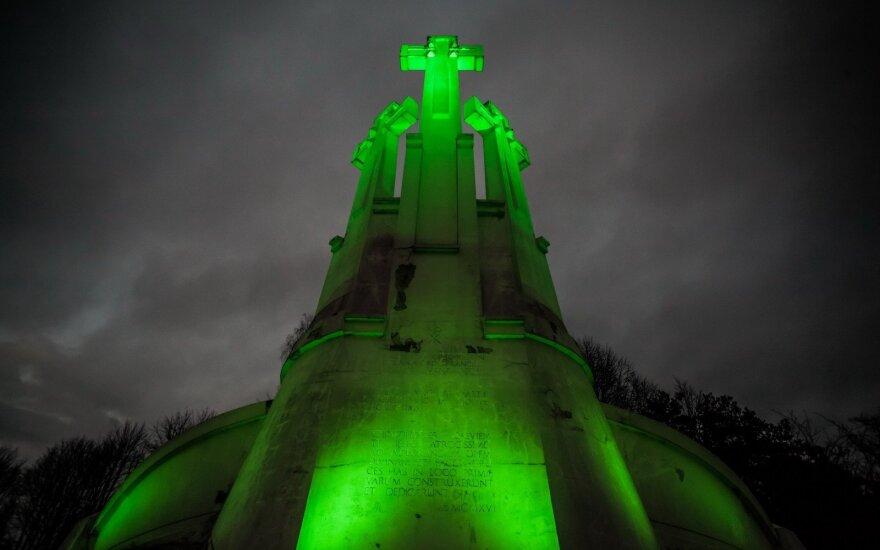 Šv. Patriko dienos proga Trijų kryžių kalnas nušvito žaliai, (S. Žiūros nuotr.)
