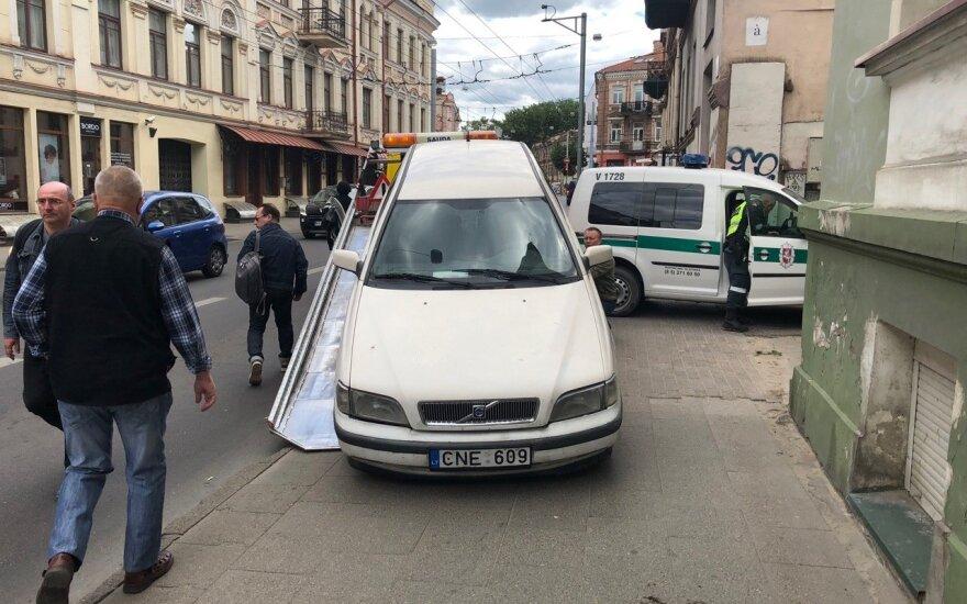 """Vilniaus centre į autobusą atsitrenkė """"Volvo"""", vairuotojas pabėgo palikęs automobilį"""