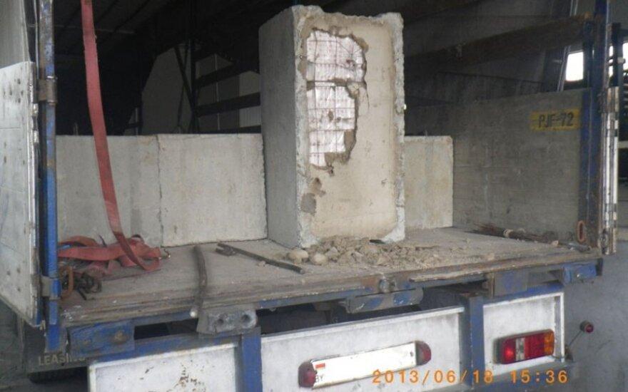 Pusės milijono vertės cigarečių kontrabanda aptikta užbetonuota pamatų blokuose