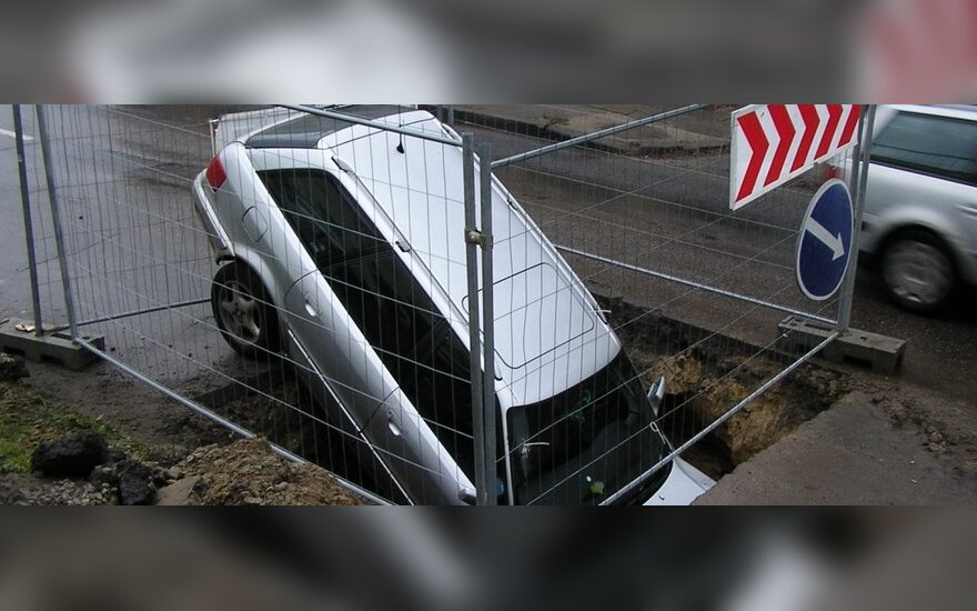 Teismas: į duobę įlėkęs vairuotojas pusę žalos turi padengti pats