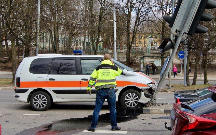 """Vilniuje """"Volvo"""" nepraleido medikų ir jų automobilis taranavo šviesoforą"""